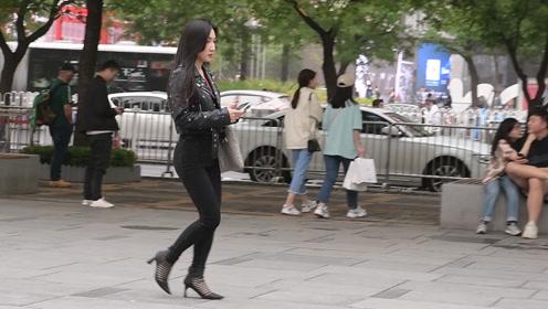 时尚街拍:初夏时节穿着牛仔裤,搭配平底鞋还是高跟鞋好看