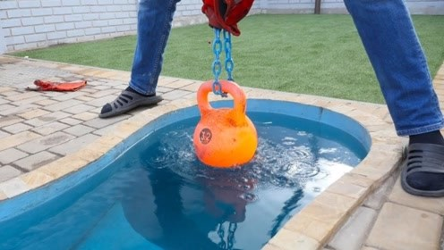老外把1000度铁壶丢游泳池中,结果会怎样?场面直接失控了!