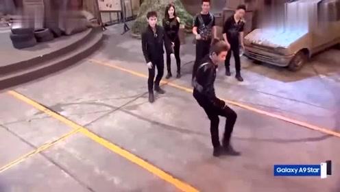 程潇与黄明昊现场献舞,小鬼的表情亮了:跃跃欲试的动作