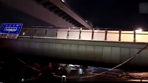 突发!杭州庆春路天桥疑似被超高货车撞塌 半边桥扯下来