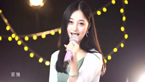 美女翻唱徐小凤经典《风的季节》听着就很舒服