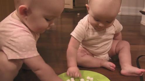 1岁双胞胎宝宝吃棉花糖,这小表情让爸妈乐开了花!