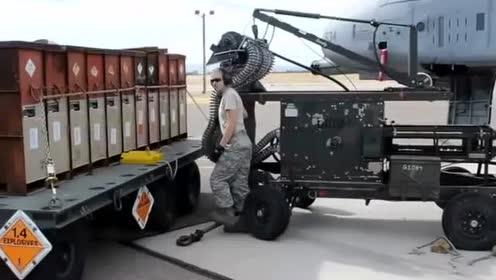 真酷啊!战斗机装填弹药