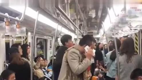 地铁上的一幕,大哥这电话内容,旁边人听完就笑!