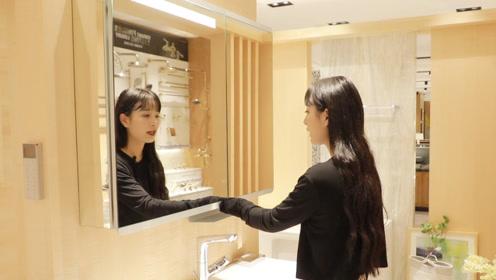 """姑娘对着镜柜玻璃""""吹口气"""",只为验证这一点,太聪明了,超实用"""