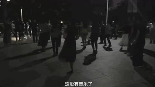 这次必须为大妈们点赞:高考前夜跳广场舞不开音乐为考生让路!