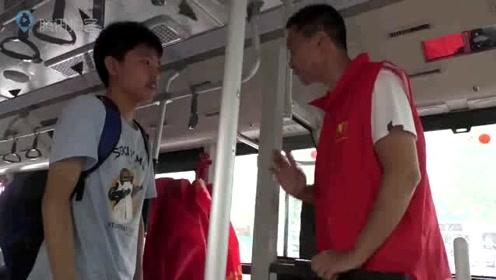 公交车内挂满粽子邀请考生摘粽子吃,寓意考生一举高中!