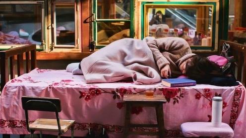 一个广州博士,把床搬到街边,请不同阶层的男女同吃同睡