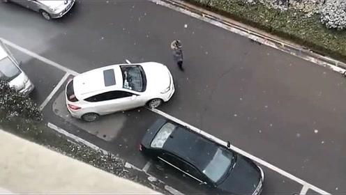 看老司机是如何抢车位的,前面这位车技也太烂了吧!