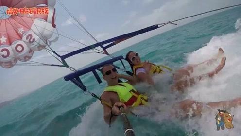 外国情侣体验水上滑翔伞 掉入水中的一刻太逗了