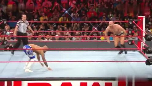RAW:凯萨罗靠在边绳喘气,李科学在他身后倒立用脚缠住他脖子