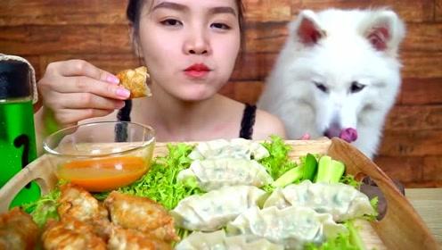 外国吃播小姐姐吃饺子,煎的煮的都有,旁边的狗狗都心动了