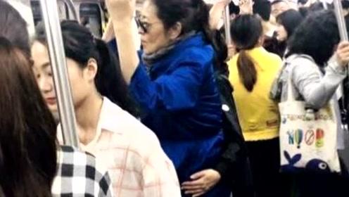倪萍长沙挤地铁无人识,打扮低调身边竟无人让座,网友:太路人