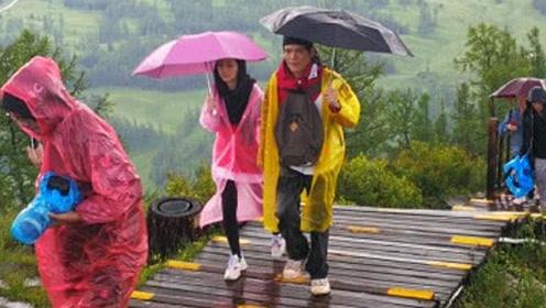 向佐郭碧婷录节目风雨中两人紧拥在一起,郭碧婷小腹微凸有孕味