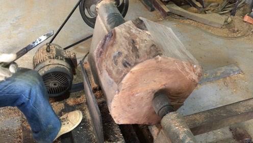 一截毫不起眼的木头,老师傅用车床加工之后,摇身一变成了件宝贝