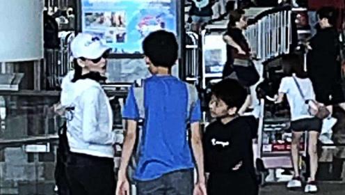 张柏芝身材纤瘦现身机场 携俩帅气儿子出游