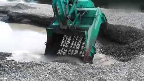 挖掘机原来还能这么用,也太灵活了,看得都想学开挖掘机了!