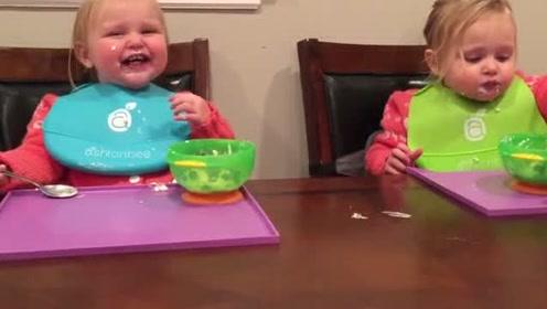 双胞胎小宝宝吃个饭傻笑个不停,肉嘟嘟太可爱了!
