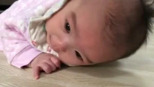 2个月小宝宝练趴着累到想哭,这画面把人萌化了!