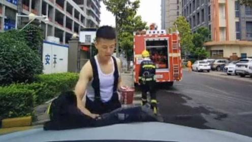 超帅气!消防员路边吃泡面充饥,一个举动赢600万人点赞