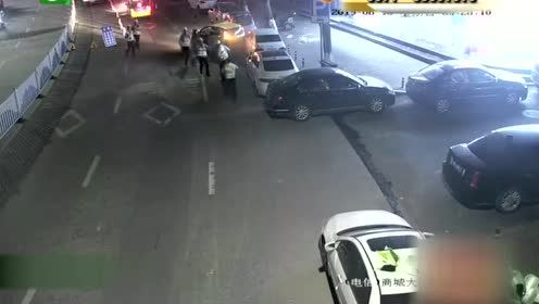 男子碰见交警突然倒车逃窜!酒驾还无证驾驶!