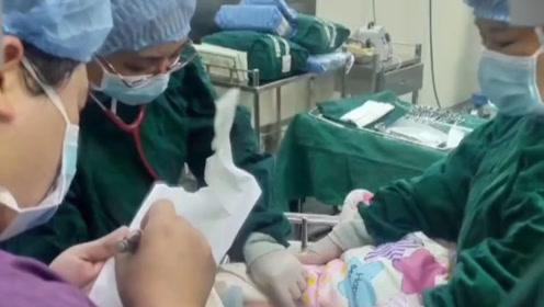 """200斤孕妇突发脐带脱垂 护士""""跪姿""""抢救十几分钟"""