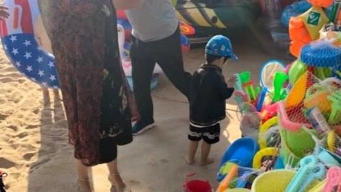 偶遇黄晓明妈妈带孙子沙滩度假,小海绵想要玩具光脚丫萌态十足
