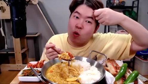 韩国小伙吃拌饭烧肉片青椒和泡菜,大口吃的真香,馋的流口水了