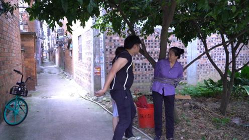 农村夫妻二人为了家产,把母亲绑在垃圾桶边,邻居的做法大快人心