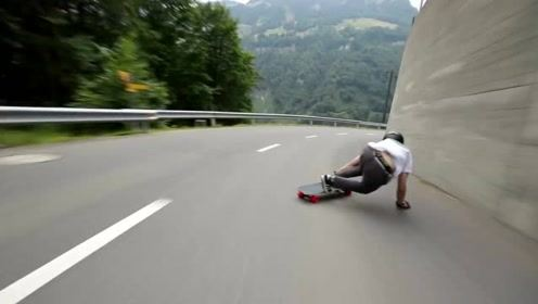"""公路上疯狂的""""滑板"""",时速达到60千米每小时,过弯靠漂移"""