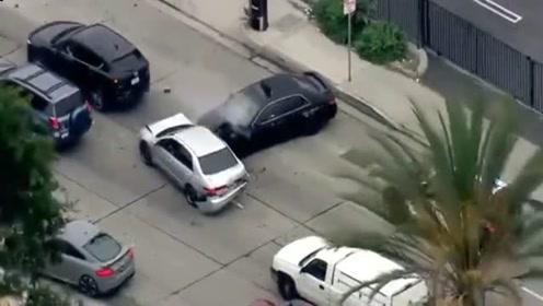 实拍加州警方追捕被盗汽车发生事故瞬间