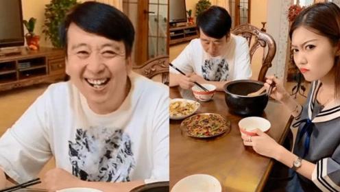 小伙让媳妇给自己盛一口饭,谁料想结局惹老爸开口大笑!