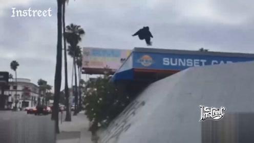 他竟然敢从那么高的地方滑着滑板蹦下来,简直厉害