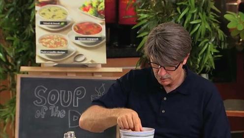 消失不见的手机,结果被发现在汤中,顾客被整懵了