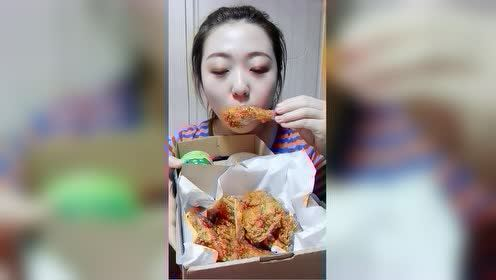 酥脆金黄的炸鸡好诱人,看妹子开吃的一瞬间,我感觉肚子咕咕叫