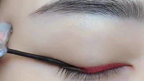 你也这么画过眼线吗?这也太简单了吧,还是双色的呢!