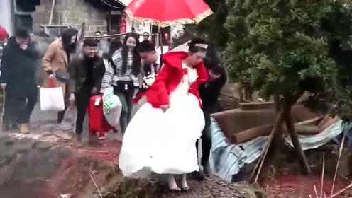 贵州农村新娘结婚出嫁,走在家门口的鱼塘边,小心,注意安全哦