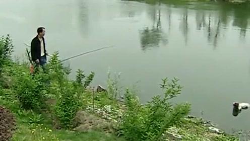 大叔河边钓鱼,不料突然飘来一个麻袋,打开一看吓得腿软