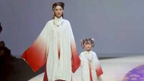 中国萌娃穿着古装走秀,小小人儿就如此清新脱俗