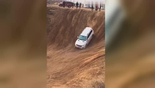 H9倒着上山坡,看起来真是让人腿发抖这车真的是太牛了吧