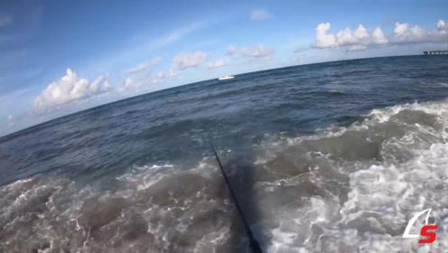 厉害了!海上的海浪冲刷过来,海边的人都退后了!