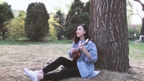 美女帅哥吉他弹唱一首《下个,路口,见》配合默契超灵动!