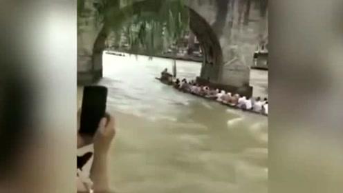 镇远古城区河段发生翻船 造成1人失踪