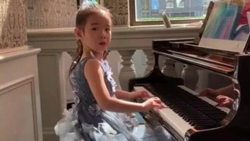 黄奕女儿盛装打扮参加钢琴比赛,精致妆容容貌大变样