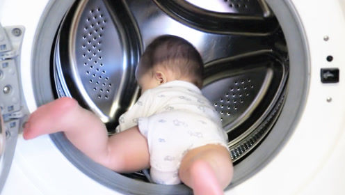 妈妈到处找不到1岁儿子,不料在卫生间看到这画面,爸妈都傻眼了