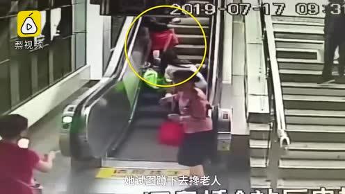 82岁老人乘扶梯摔倒,两女子立即成人力支架:大爷没事吧?