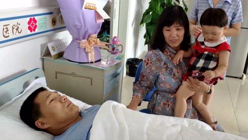 他捐造血干细胞救陌生人,妻子带不到2岁女儿过来加油