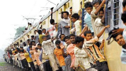 印度牛人骑摩托车追火车,成功挽回上万人性命!