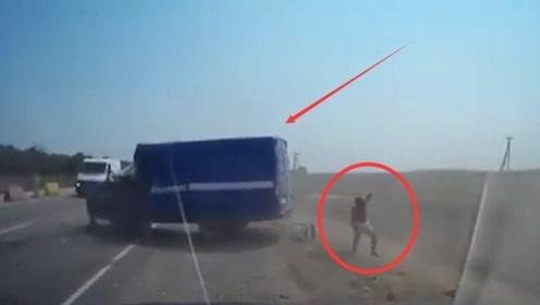 小货车司机疲劳驾驶开车睡觉,直接撞上大货车,后车拍下惊险一幕