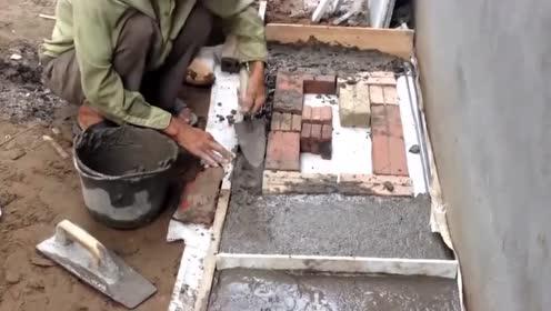 找人做混凝土板,发现农民工偷偷往里塞砖头